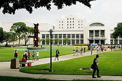 Students walking to the M.D. Anderson Library on the UH Campus