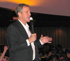 Former Astronaut Scott Parazynski talking to students